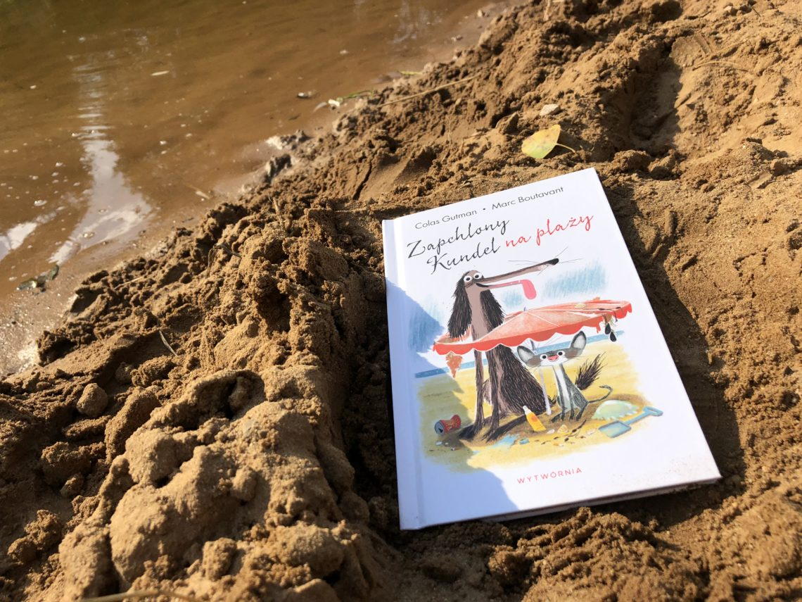 Zapchlony Kundel na plaży